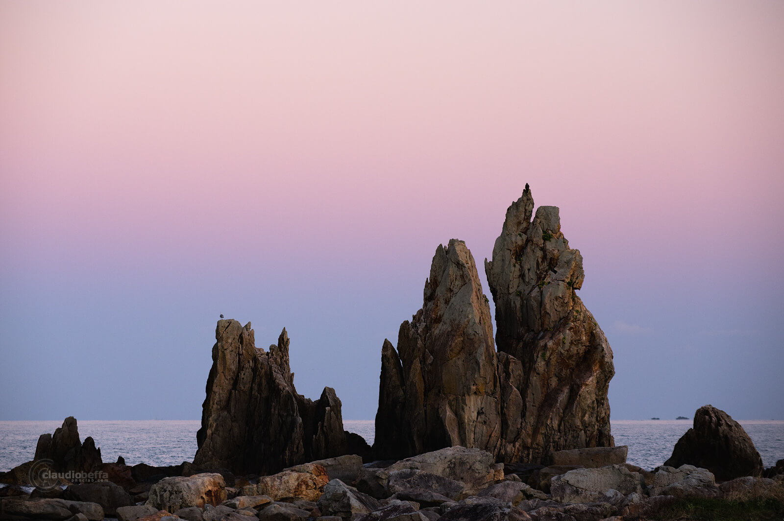 Hashigui Iwa, Hashigui rocks, seascape, landscape, twilight, sunset, Japan, Kii peninsula, Kii Oshima, Wakayama, Kushimoto, autumn, fall, island, travel, photography, phoclab